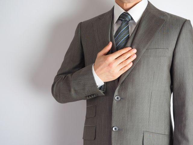 胸に手をあてるビジネスマン